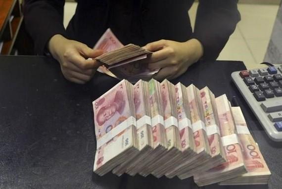 Kiểm tiền nhân dân tệ tại một ngân hàng của Trung Quốc. (Nguồn: Reuters)