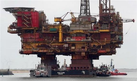 Giàn khoan khai thác dầu của Hãng Shell ở Anh. (Nguồn: AFP/TTXVN)