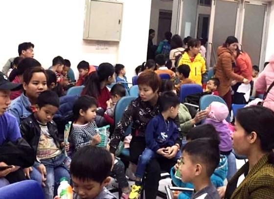 Các gia đình ở Thuận Thành tiếp tục đưa trẻ nhỏ lên Hà Nội để xét nghiệm sán heo