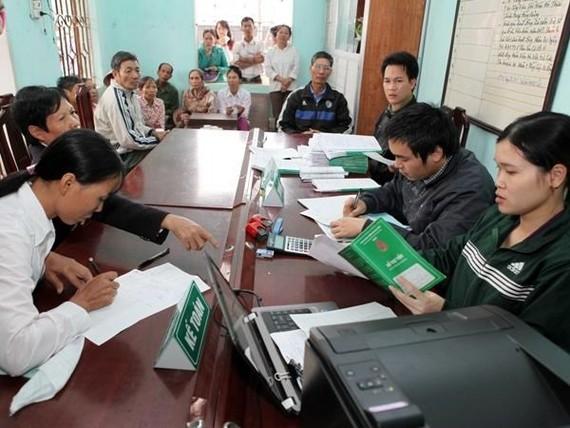 Giao dịch tại Ngân hàng Chính sách Xã hội. (Ảnh: CTV/Vietnam+)