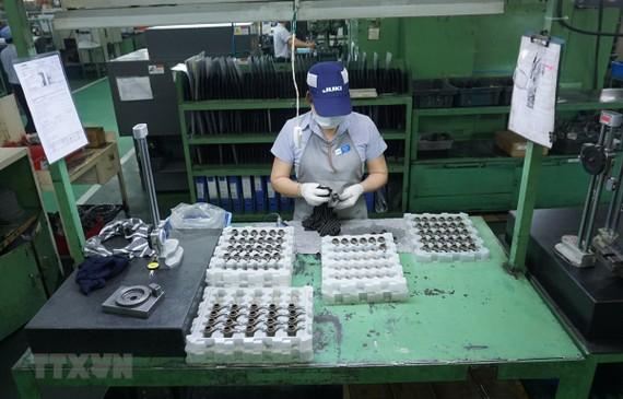 Sản xuất máy may công nghiệp và các thành phần mài tại công ty Juki Việt Nam. (Ảnh: TTXVN)