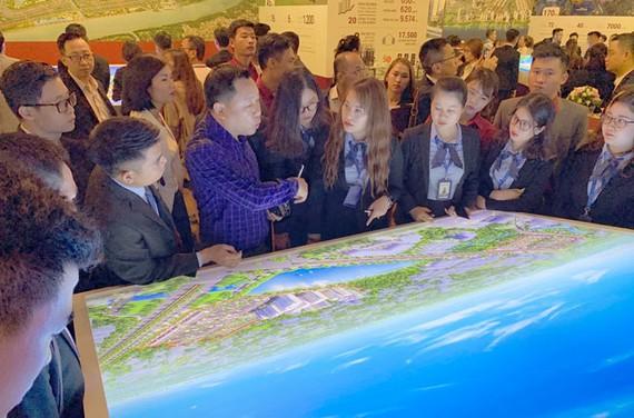 Khách hàng tham quan các dự án của Nam Long.