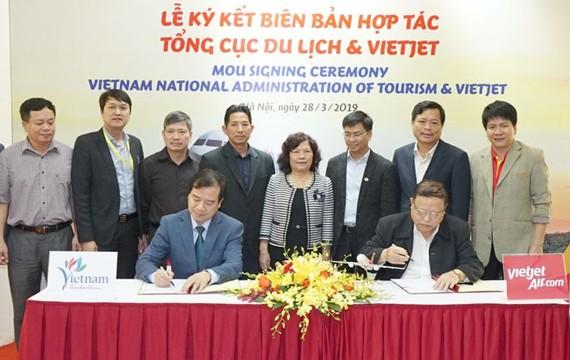 Ông Nguyễn Đức Tâm - Phó Tổng giám đốc Vietjet và Ông Hà Văn Siêu - Phó Tổng cục trưởng Tổng cục Du lịch thực hiện ký kết.
