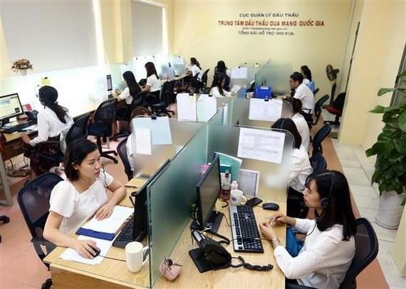 Hỗ trợ khách hàng online tại Trung tâm Đấu thầu qua mạng quốc gia (Bộ Kế hoạch và Đầu tư). (Ảnh: Danh Lam/TTXVN)
