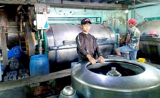 Dù bị đình chỉ hoạt động, nhưng một cơ sở ở xã Vĩnh Lộc B, huyện Bình Chánh, TPHCM đã tự ý tháo niêm phong, hoạt động trở lại. Ảnh: TUẤN VŨ