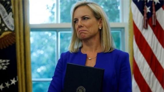 """Bộ trưởng An ninh nội địa Mỹ từ chức trong """"cơn bão"""" di cư"""