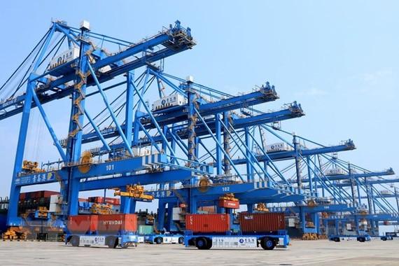 Xếp dỡ hàng hóa tại cảng ở Thanh Đảo, tỉnh Sơn Đông, miền đông Trung Quốc. (Ảnh: THX/TTXVN)