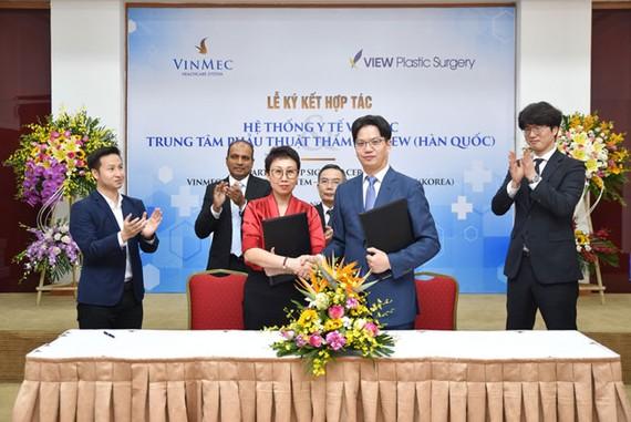 Thỏa thuận hợp tác đã được Lãnh đạo Hệ thống y tế Vinmec và Bệnh viện Thẩm mỹ View (Hàn Quốc) ký kết, nhằm mang công nghệ phẫu thuật thẩm mỹ hàng đầu thế giới tới Việt Nam
