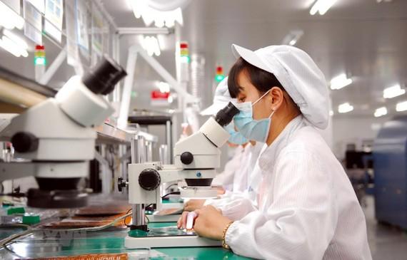 Dây chuyền sản xuất linh kiện điện tử tại Công ty TNHH Synopex Việt Nam (vốn đầu tư của Hàn Quốc), tại Khu công nghiệp Quang Minh (Hà Nội). (Ảnh: Danh Lam/TTXVN)