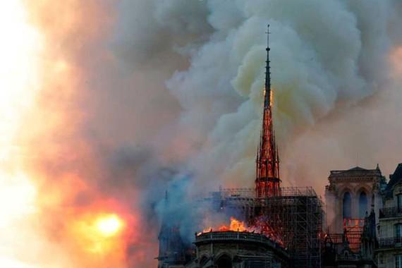 Nhà thờ Đức Bà Paris 850 năm tuổi cháy lớn