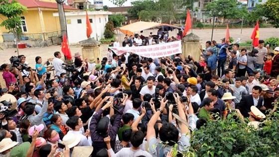 Người dân ở thôn Hoành, xã Đồng Tâm đổ ra đường khi lãnh đạo thành phố về địa phương