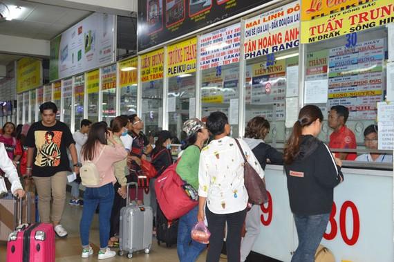 Hành khách mua vé xe từ TPHCM đi các tỉnh miền Trung – Tây Nguyên cho dịp nghỉ lễ 30-4 và 1-5 đã tăng cao.