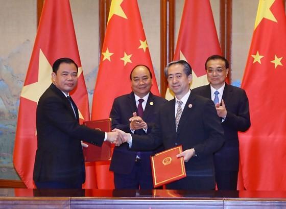 Bộ trưởng Bộ NN-PTNT trao nghị định thư về sữa cho Đại sứ đặc mệnh toàn quyền Trung Quốc tại Việt Nam chiều nay 26-4