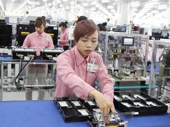 Lắp ráp điện thoại di động tại Tổ hợp công nghệ cao Samsung, Khu công nghiệp Yên Bình, tỉnh Thái Nguyên. (Ảnh: Hoàng Nguyên/TTXVN)