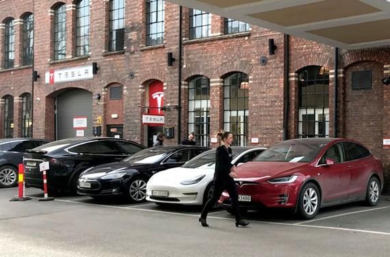 Giám đốc điều hành Tesla, Elon Musk, cho biết công ty đang trên đà sản xuất những chiếc xe có thể tự lái an toàn trên mọi loại đường. Hình ảnh: Lefteris Karagiannopoulos/Reuters