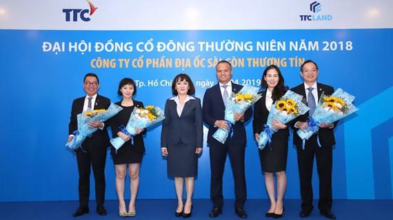 Ông Nguyễn Đăng Thanh (chính giữa) được bổ nhiệm giữ chức vụ Chủ tịch HĐQT kiêm TGĐ TTC LAND