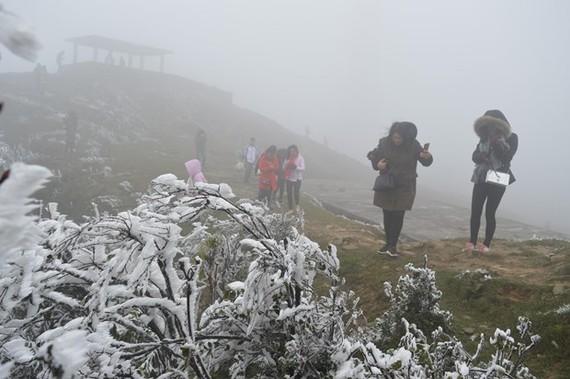 Khu du lịch Mẫu Sơn thu hút rất đông du khách khi có băng tuyết. (Ảnh: Hoàng Nam/TTXVN)