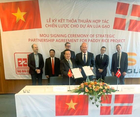 Ông Lê Thanh Thuấn và ông Lasse Hansen đồng thuận ký biên bản hợp tác.