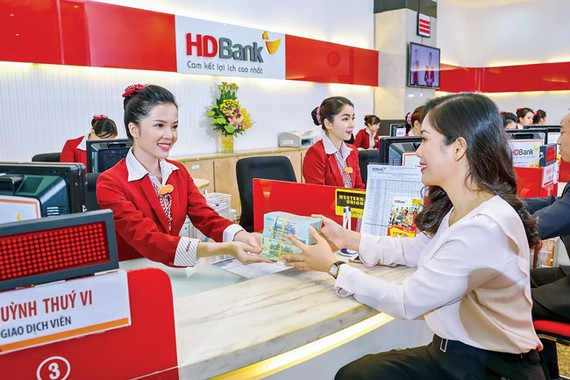 Khách hàng giao dịch tại HDBank.