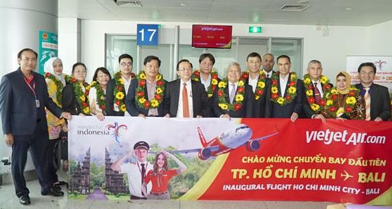 Ông Đỗ Xuân Quang, Phó Tổng giám đốc Vietjet và đại diện lãnh đạo hãng chào mừng đoàn Đại sứ và Lãnh sự các nước ASEAN và hành khách trên chuyến bay đầu tiên từ TP. HCM đến Bali