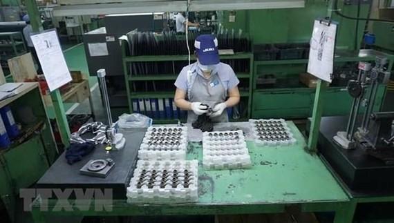 Sản xuất máy may công nghiệp và các thành phần mài tại Công ty Juki Việt Nam. (Ảnh minh họa: TTXVN)