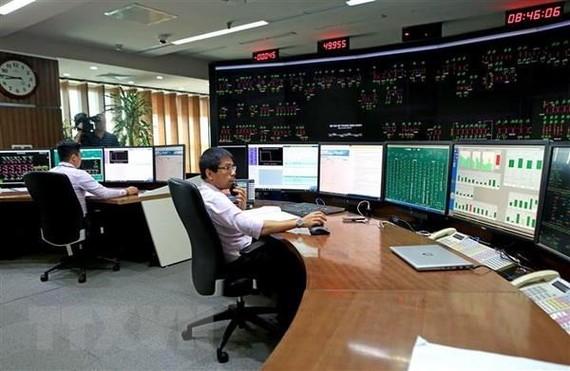 Vận hành hệ thống điện toàn quốc tại Trung tâm Điều độ Hệ thống điện Quốc gia. (Ảnh: Ngọc Hà/TTXVN)