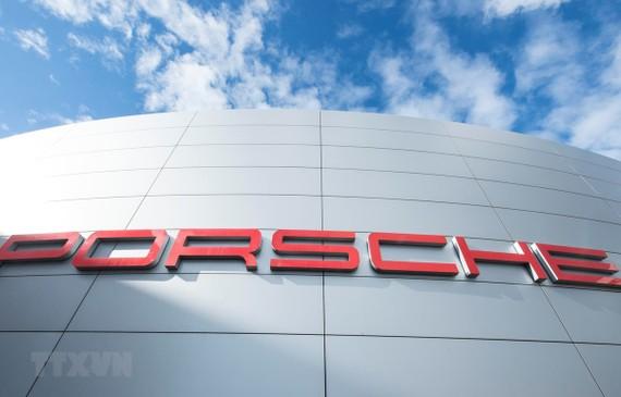 Biểu tượng Porsche tại trụ sở của công ty này ở Stuttgart, Đức. (Ảnh: AFP/TTXVN)