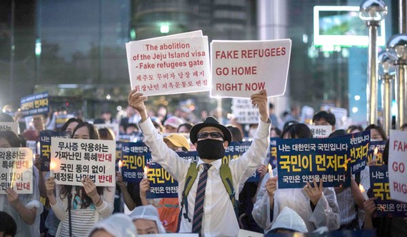 Các nhà hoạt động chống nhập cư tại Hàn Quốc biểu tình phản đối việc người Yemen xin tị nạn tại đảo Jeju. Hình ảnh: AFP