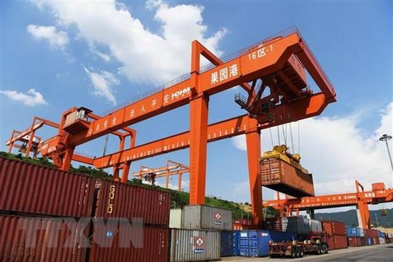 Xếp dỡ hàng hóa tại cảng ở Trùng Khánh, Tây Nam Trung Quốc ngày 20/8. (Nguồn: THX/TTXVN)