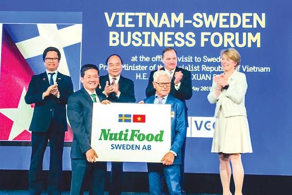 Ông Trần Thanh Hải và tỷ phú Erik Paulsson tại lễ trao thỏa thuận hợp tác giữa NutiFood và Backahill, dưới sự chứng kiến của Thủ tướng Việt Nam Nguyễn Xuân Phúc và Thủ tướng Thụy Điển Stefan Löfven.