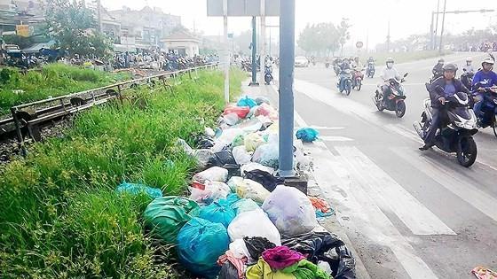 Rác tràn lan trên đường Phạm Văn Đồng (quận Thủ Đức)