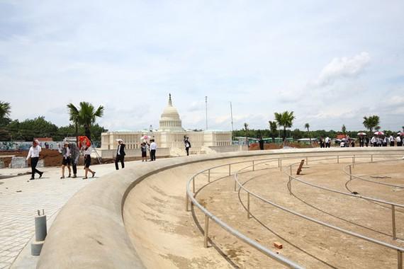 Hình thực tế  đang khách hàng tham quan tại dự án Cát Tường Phú Hưng.