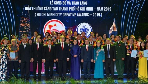 Các đồng chí lãnh đạo chúc mừng các tác giả đoạt Giải thưởng Sáng tạo TPHCM - năm 2019