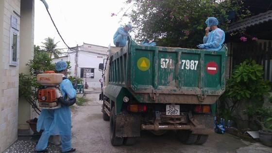 Lực lượng chức năng chở heo đi tiêu hủy, đồng thời phun thuốc tiêu độc khử trùng