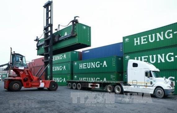 Bốc xếp hàng hóa tại Cảng Hải phòng. (Ảnh: Lâm Khánh/TTXVN)