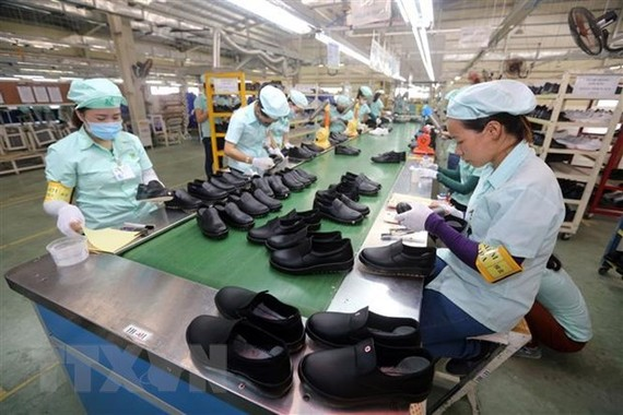Dây chuyền sản xuất giày, dép xuất khẩu tại Công ty TNHH Midori Safety Footwear Việt Nam, vốn đầu tư của Nhật Bản tại khu công nghiệp Điện Nam - Điện Ngọc (Quảng Nam). (Ảnh: Danh Lam/TTXVN)