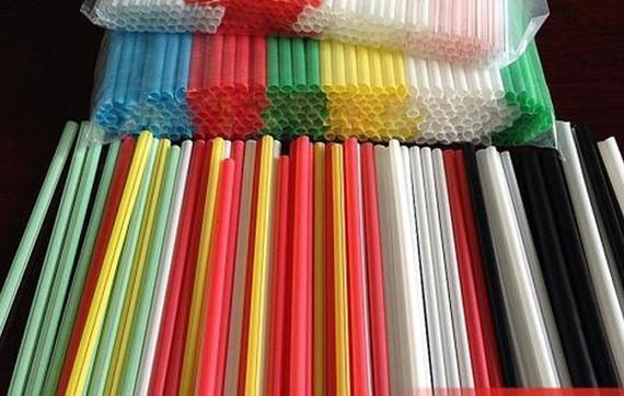 Canada cấm dùng ống hút, túi nylon từ năm 2021