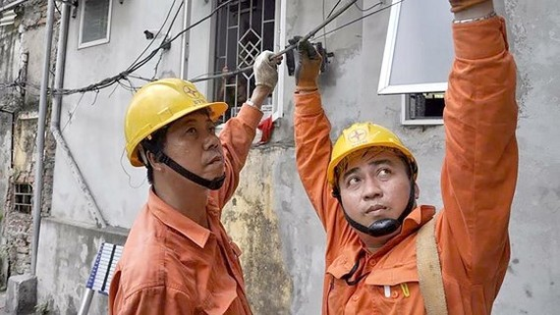 Xử lý sự cố điện cho khách hàng. Ảnh: VĂN PHÚC