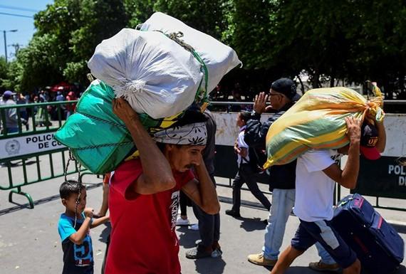 Người dân Venezuela tại cửa khẩu biên giới với Colombia. (Ảnh: AFP/TTXVN)