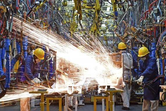 Tăng trưởng sản lượng công nghiệp Trung Quốc ở mức thấp nhất 17 năm