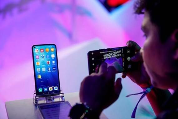 Mẫu điện thoại thông minh mới nhất Honor 20 của Huawei. (Nguồn: AFP)