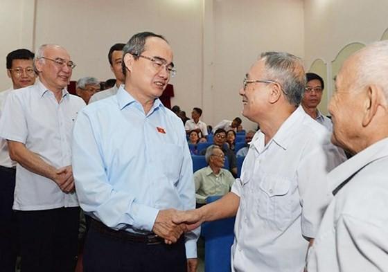 Bí thư Thành ủy TPHCM Nguyễn Thiện Nhân tiếp xúc cử tri quận Thủ Đức. Ảnh: VIỆT DŨNG