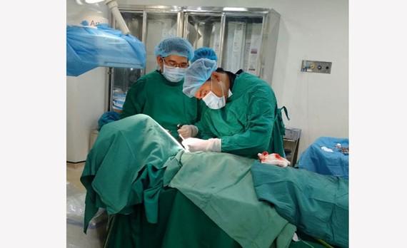 Các bác sĩ phẫu thuật thành công, cứu cụ ông 82 tuổi
