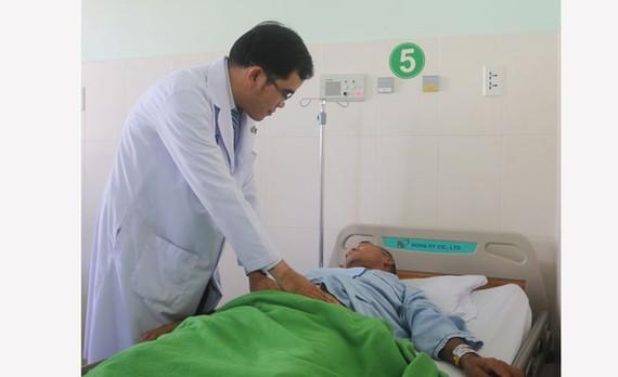 Bác sĩ thăm khám cho bệnh nhân T.