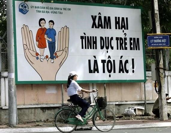 Pano giúp người dân nhận thức về xâm hại tình dục trẻ em ở tỉnh Bà Rịa-Vũng Tàu. (Nguồn: AFP)