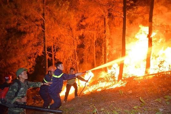 Lực lượng chức năng tham gia dập lửa. Ảnh: Công an Hà Tĩnh