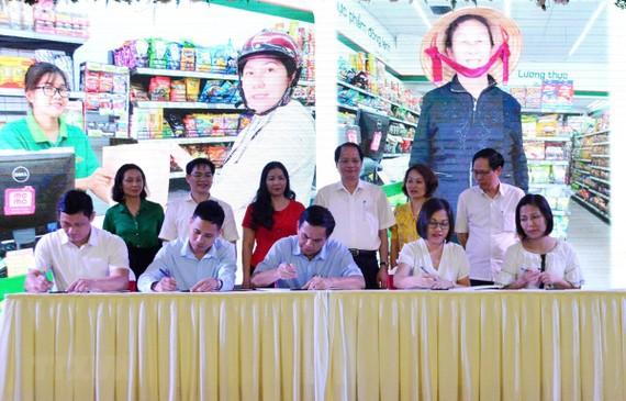 Các doanh nghiệp sản xuất, doanh nghiệp phân phối đã ký cam kết tham gia công tác chống rác thải nhựa do Chính phủ và thành phố Hà Nội phát động. (Ảnh: Phương Anh/TTXVN)