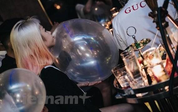 'Bóng cười' được mua bán và sử dụng rầm rộ tại các chuỗi cửa hàng của 'Bar Ball.' (Ảnh: CTV/Vietnam+)