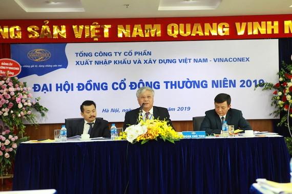 Ông Đào Ngọc Thanh (giữa) - Chủ tịch HĐQT Vinaconex.