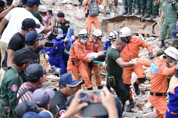 Đội cứu hộ đưa một người bị thương ra khỏi đống đổ nát. (Ảnh: Reuters)